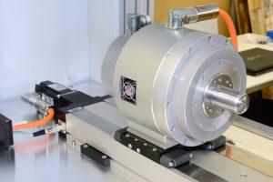 L'asse lineare può essere posizionato in maniera esatta con un pacchetto a cavo singolo AKD e AKM (inclusa unità di controllo). A questo si aggiunge un motore in kit KBM, responsabile del sincronismo dei tubi alimentati.